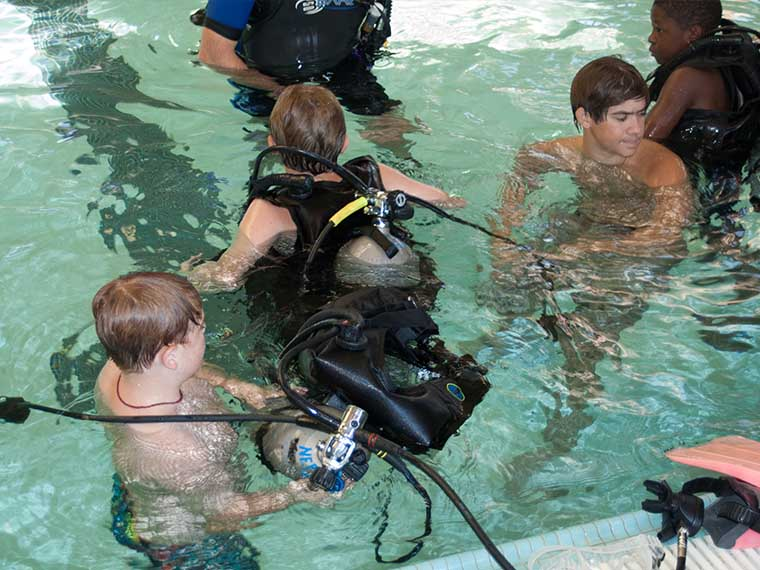 students learning scuba